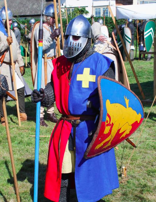 man in ridderkostuum