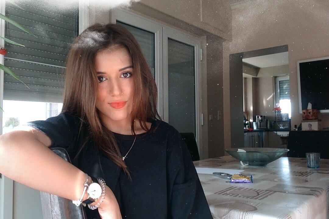 Meisje met bruin haar en rode lippenstift