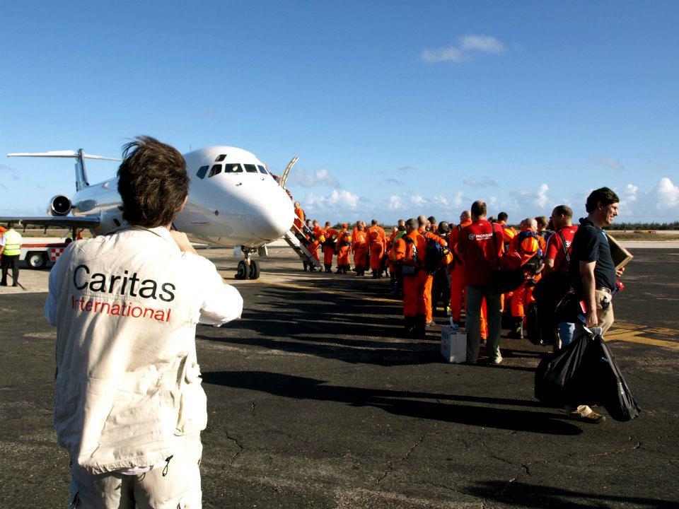 Medewerkers van Caritas International vertrekken vanop de luchthaven naar Haïti