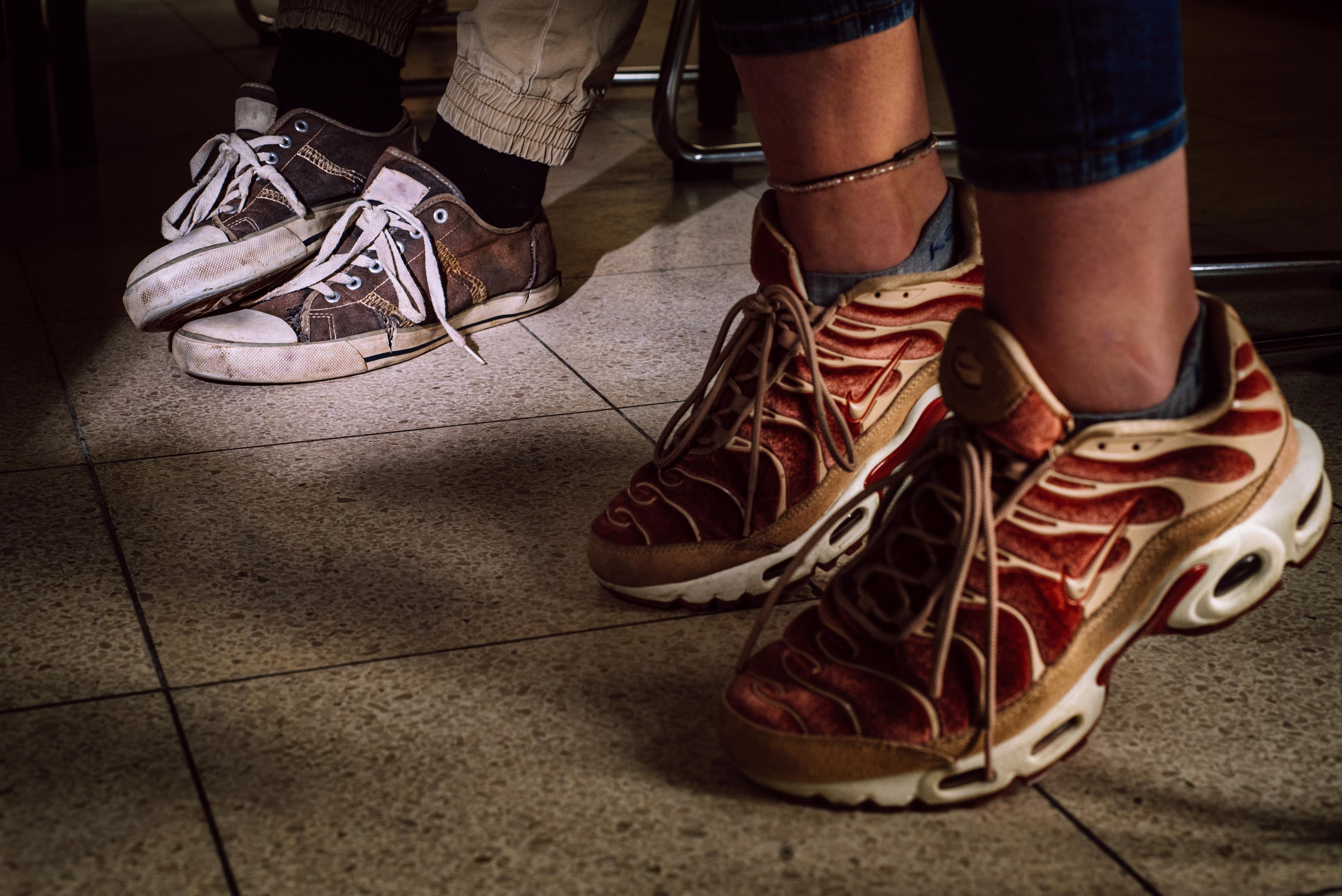 Versleten sportschoenen van jongeren