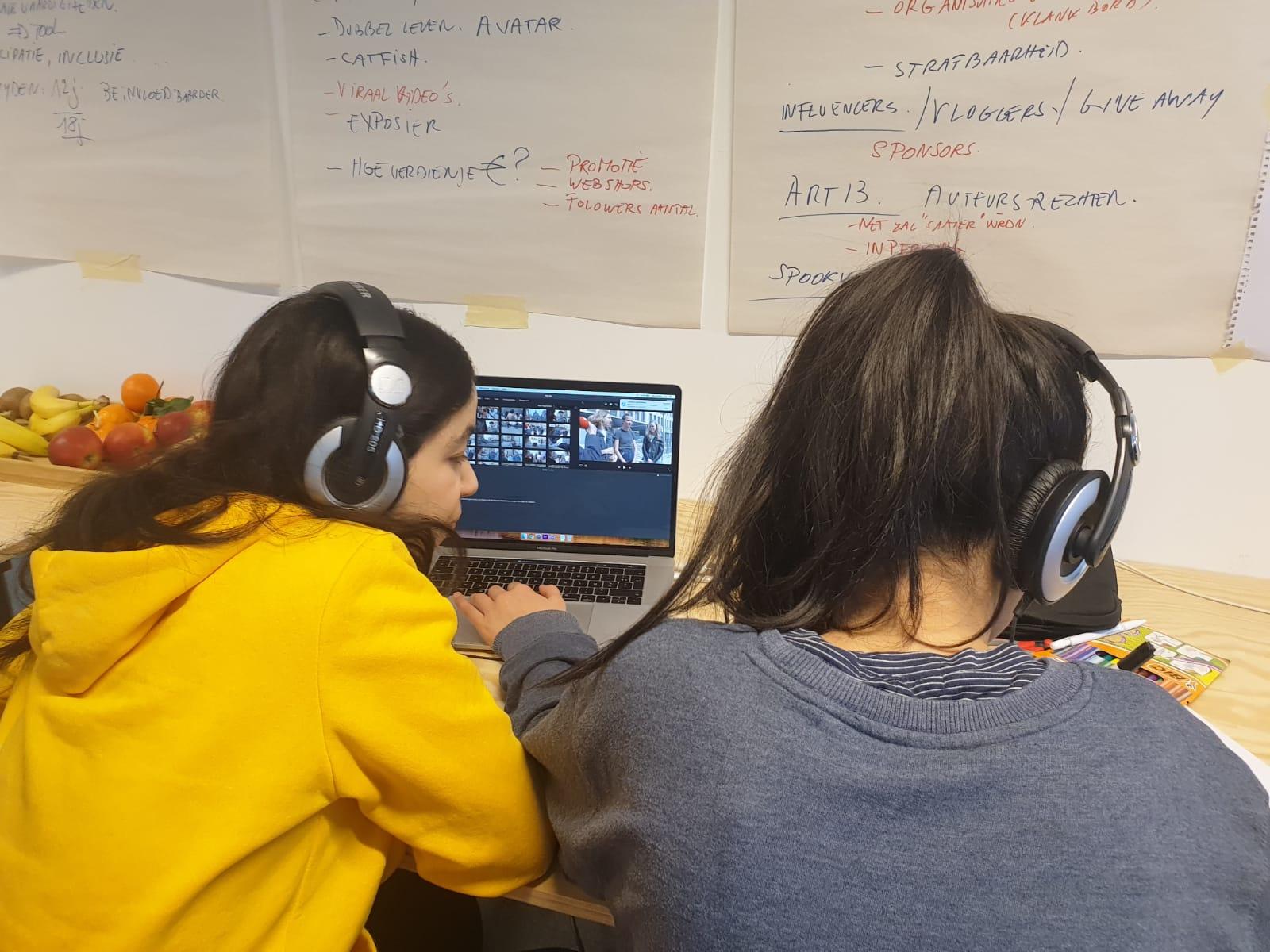 Twee meisjes maken een videomontage