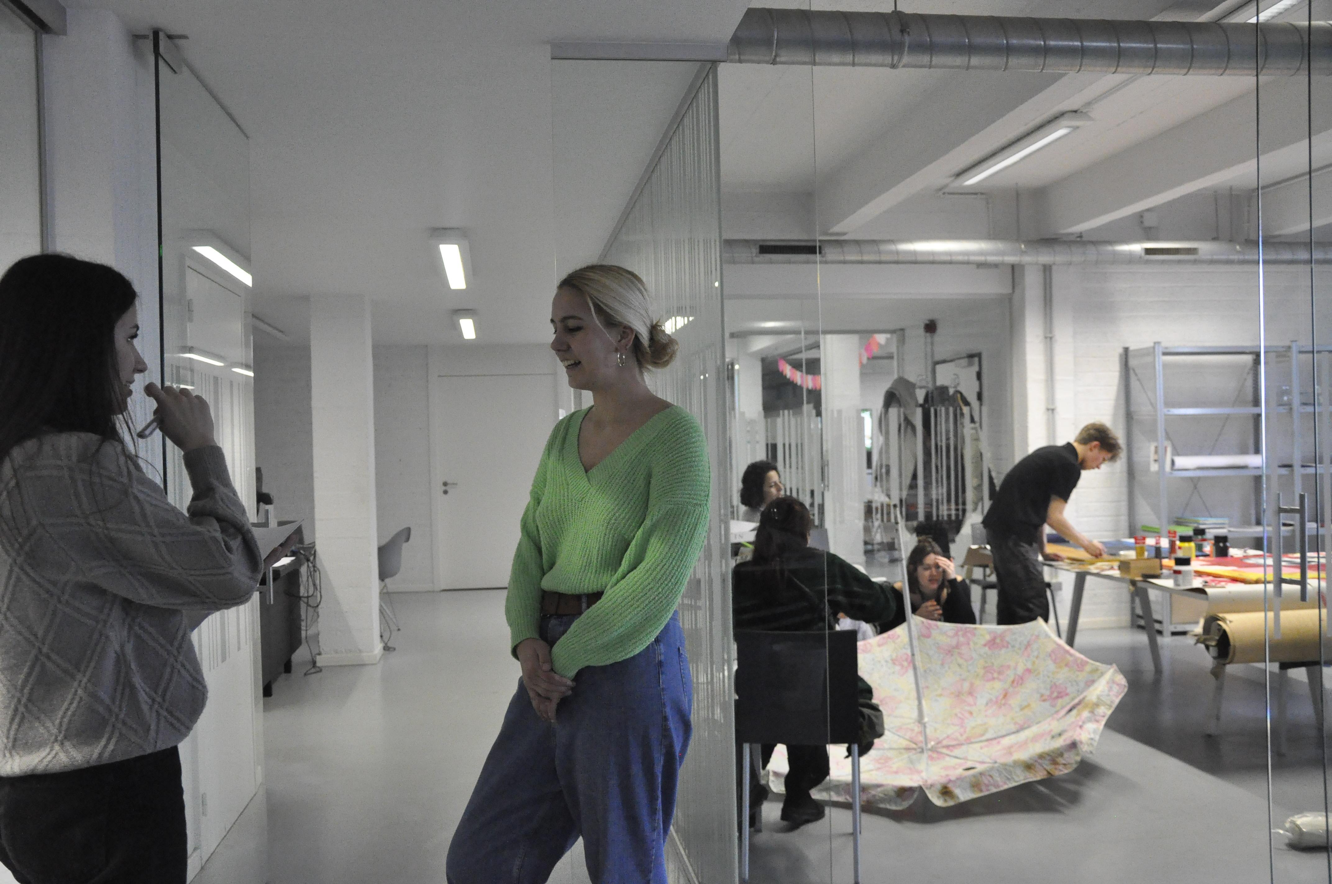 Olivia praat met andere kunstenaars