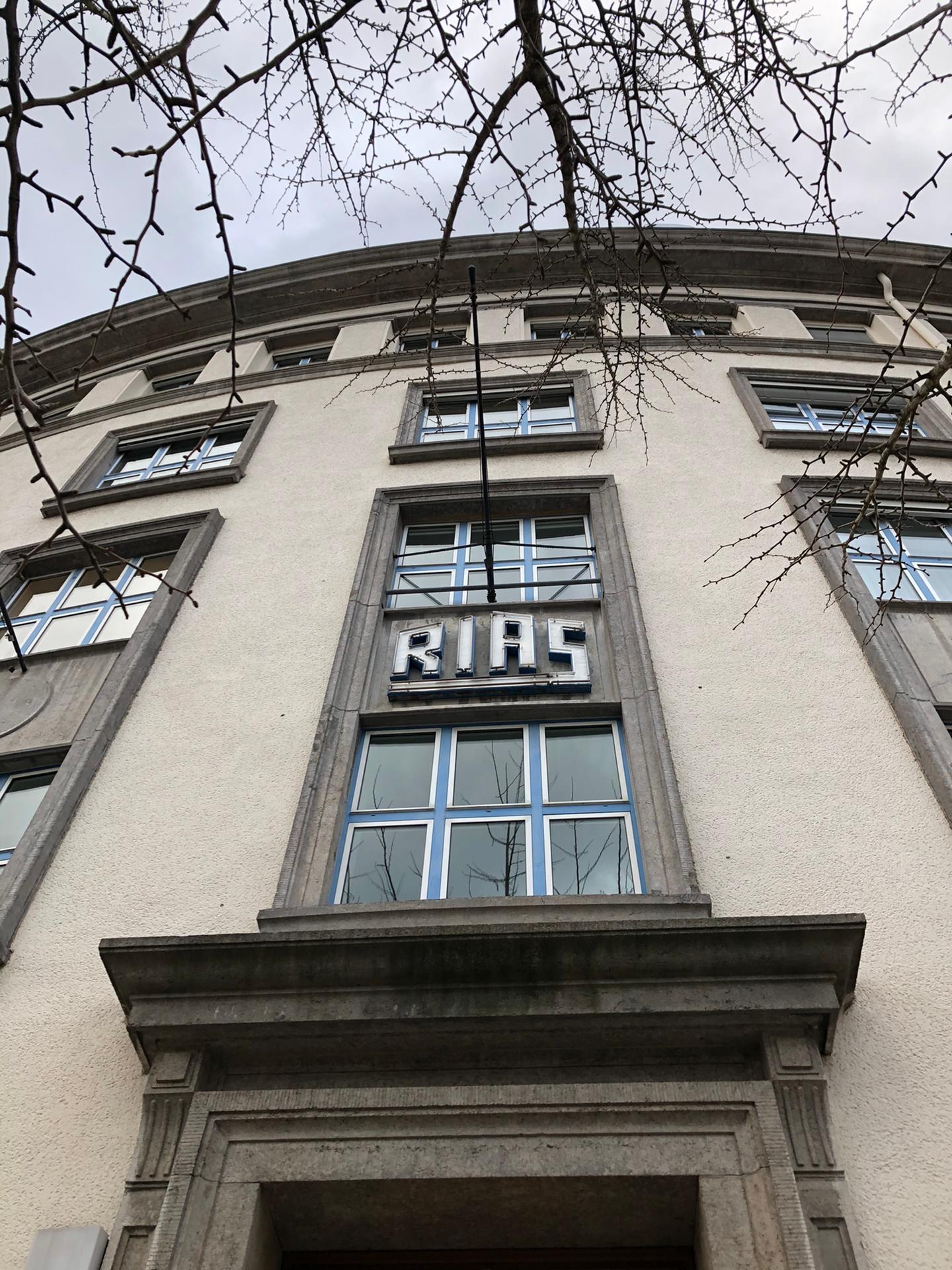 Het RIAS-teken boven de ingang