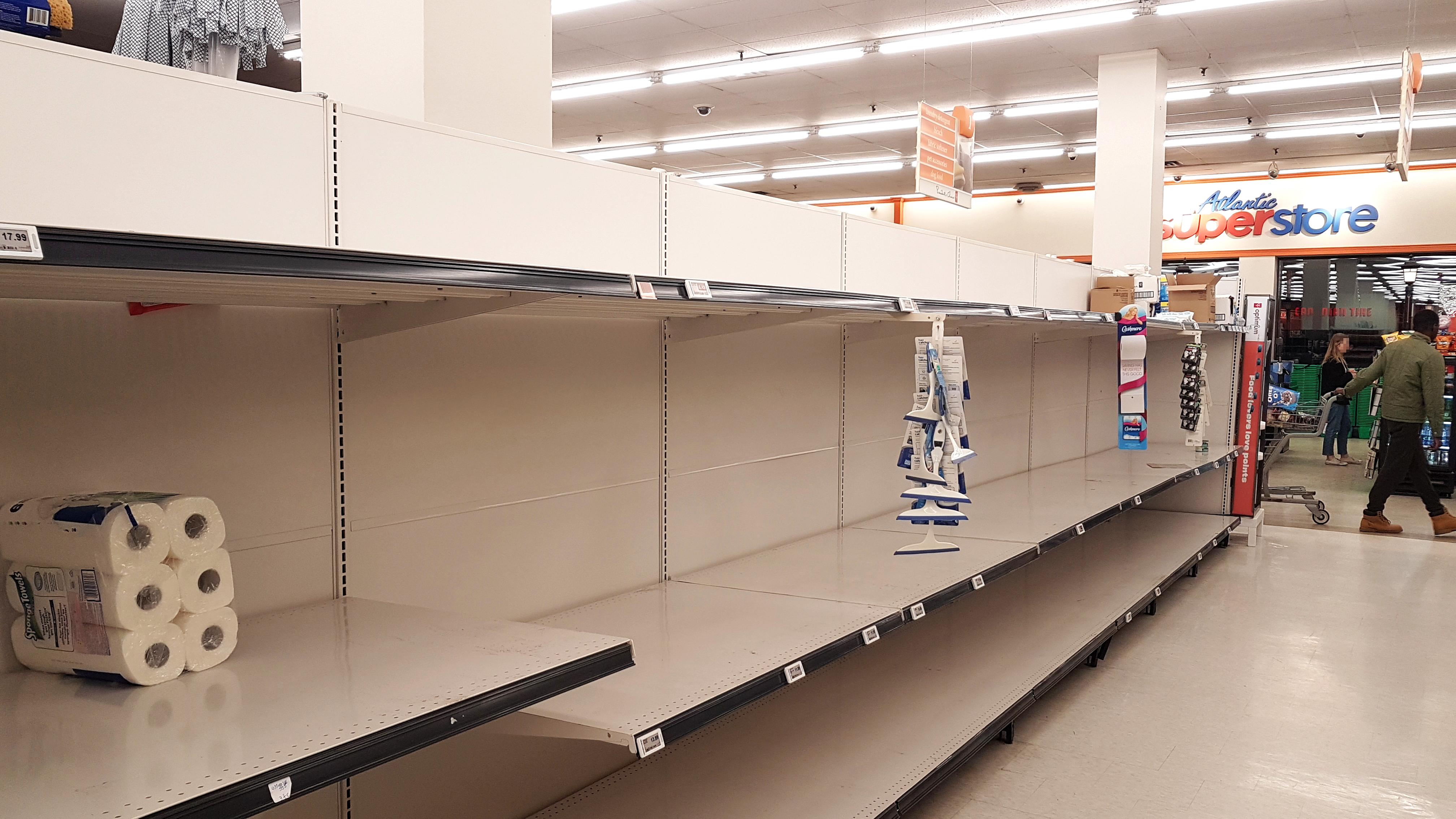 Lege supermarktrekken met nog maar 1 pak toiletpapier