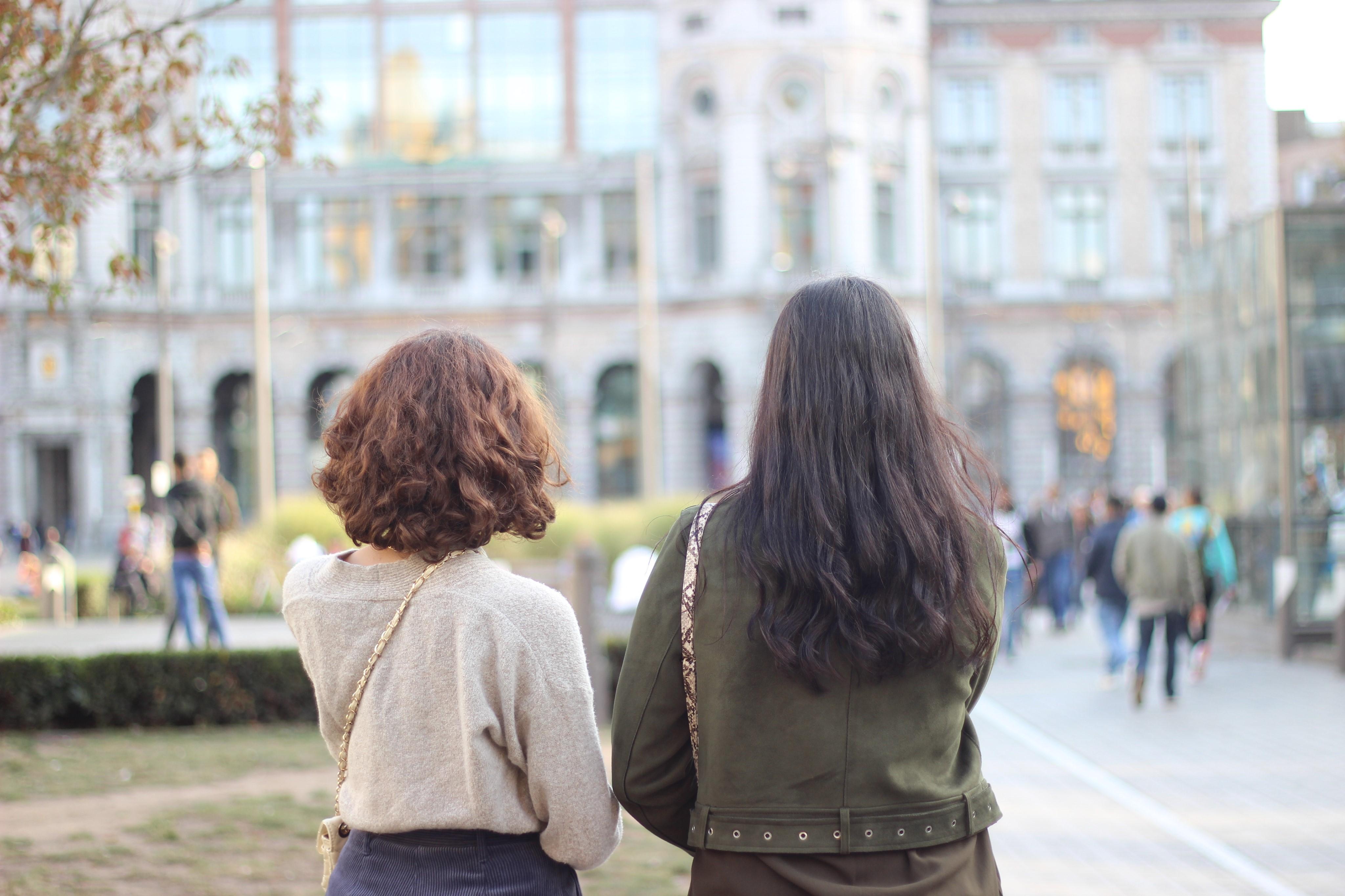 Twee meisjes kijken naar Centraal station van Antwerpen