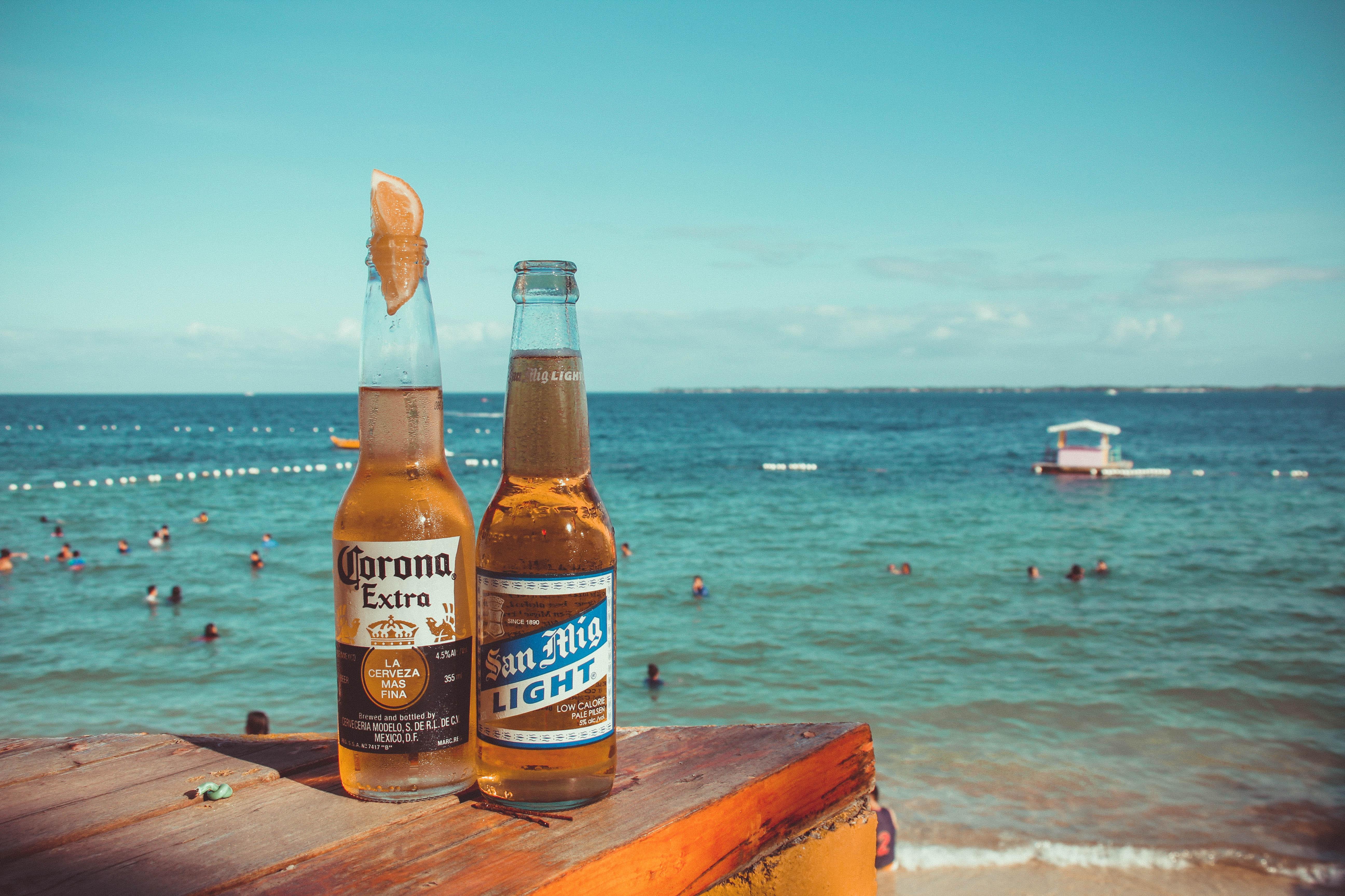 Corona bier op een strand