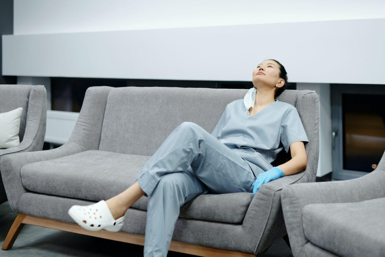 verpleegster rust uit op zetel