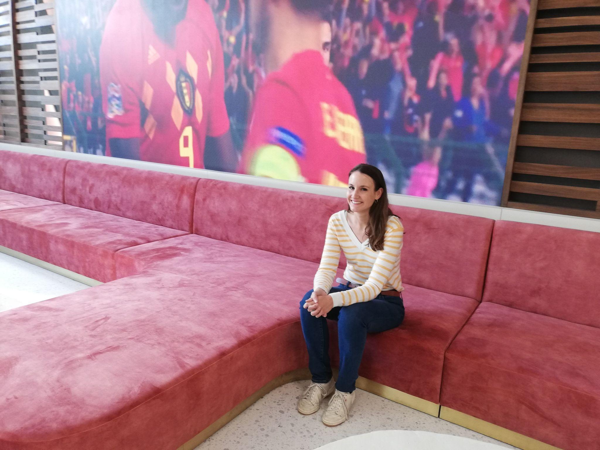 Romina Van Camp op een zetel