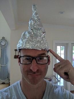 Een man die een pinnemuts van aluminium draagt