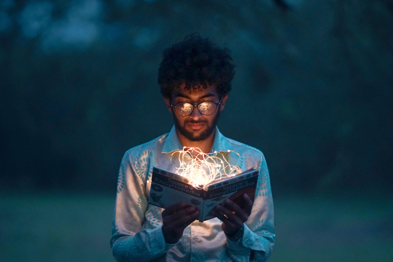 Man die in een opgelicht boek kijkt
