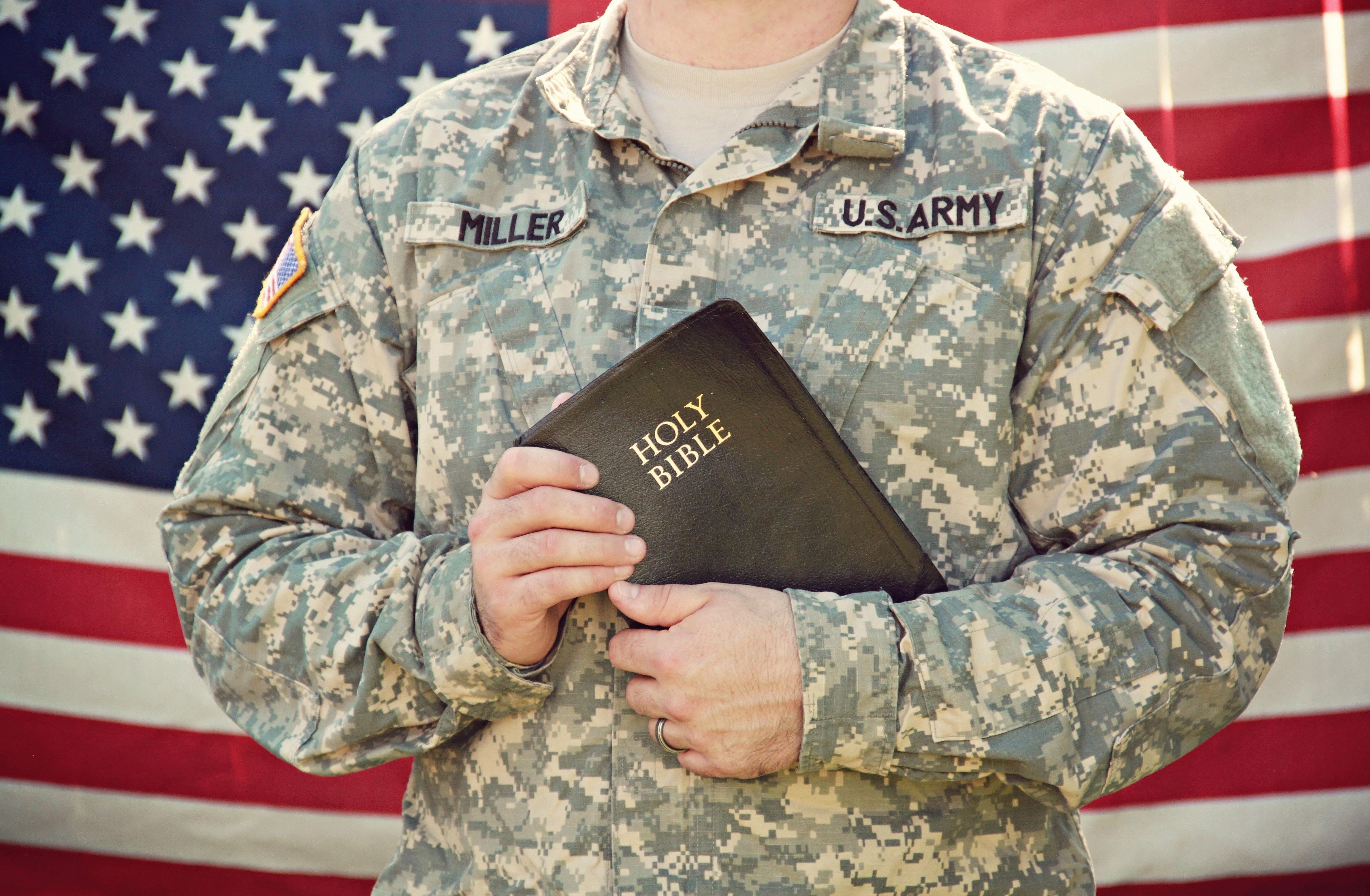 Soldaat houdt Bijbel in zijn handen.