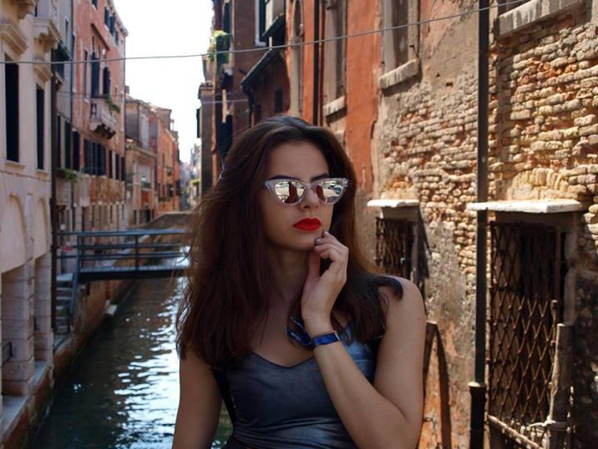 vrouw in gondel in Venetië