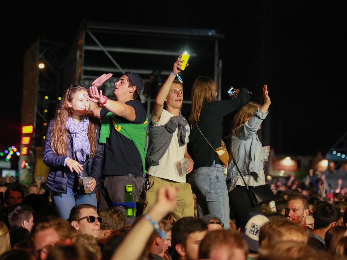 Feestende Jongeren op Studay