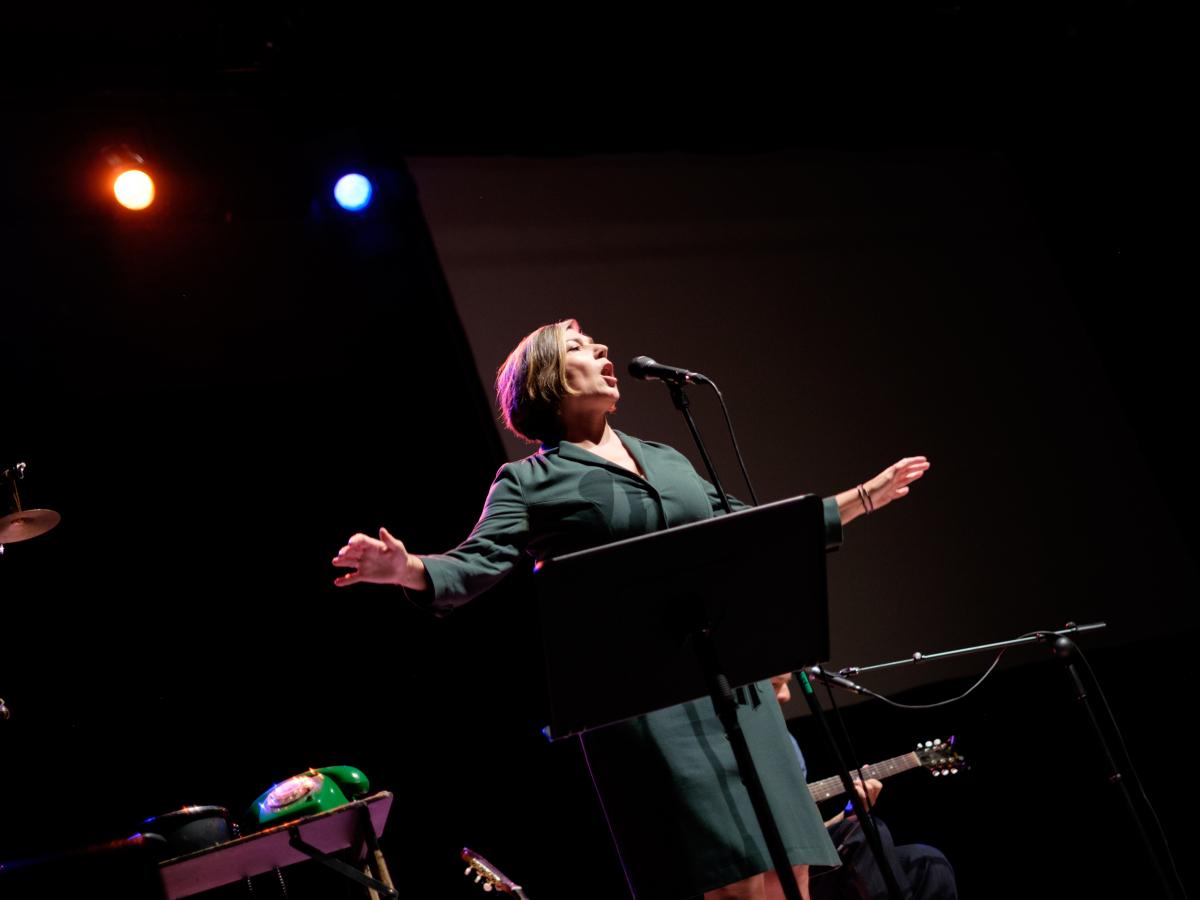 Een zangeres op het podium.