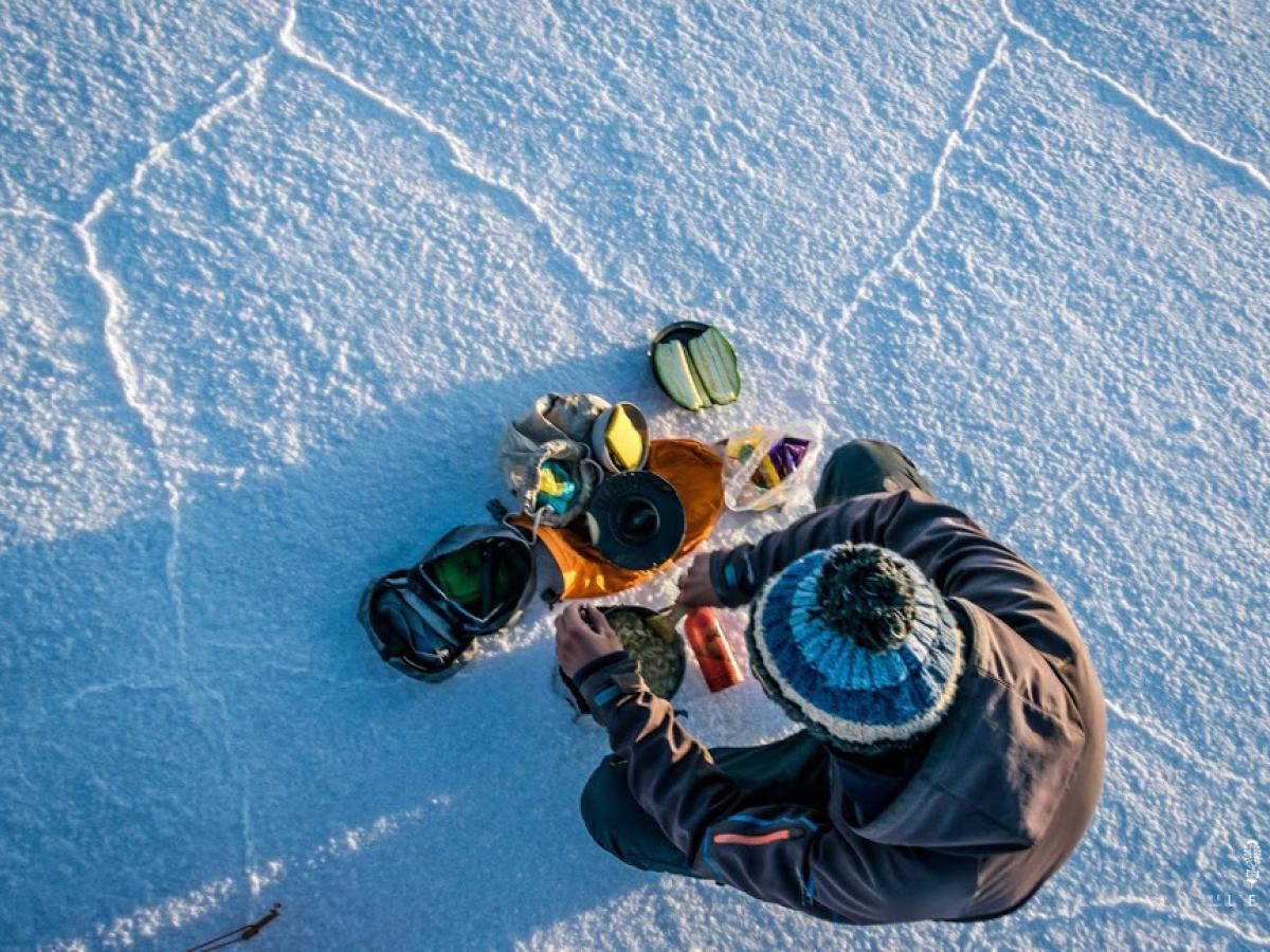 Olivier Van Herck kookt een maaltijd op Salar de Uyuni, Bolivia. Dit is de grootste zoutvlakte van de wereld.