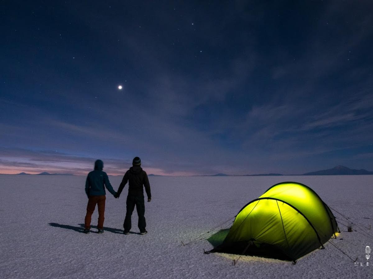 Olivier Van Herck en Zoë Agasi genieten van de avond op de zoutvlakte van Salar de Uyuni.