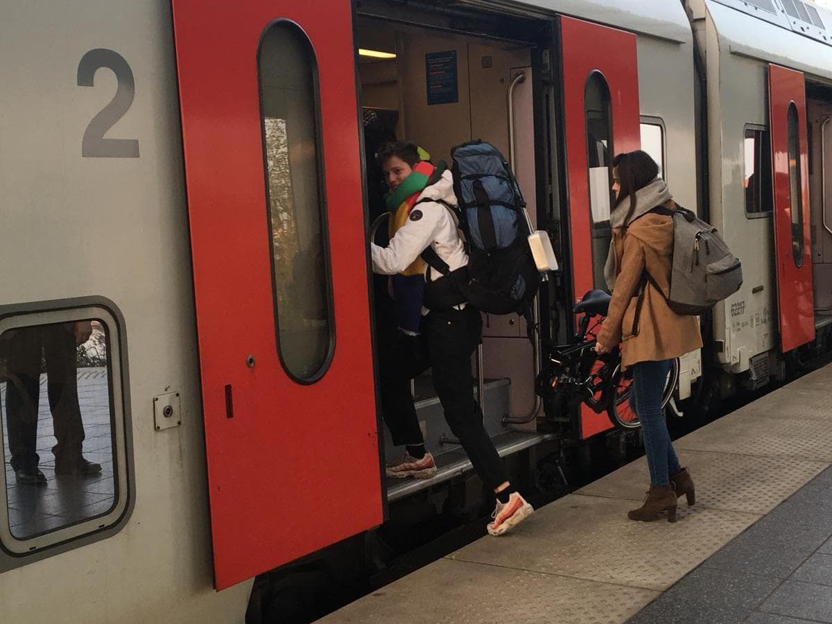 Jongeren stappen de trein op