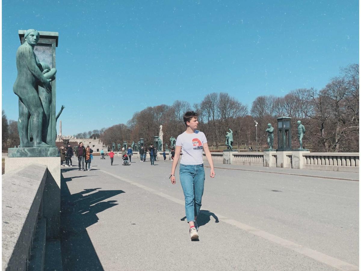 Vrouw wandelt op de promenade
