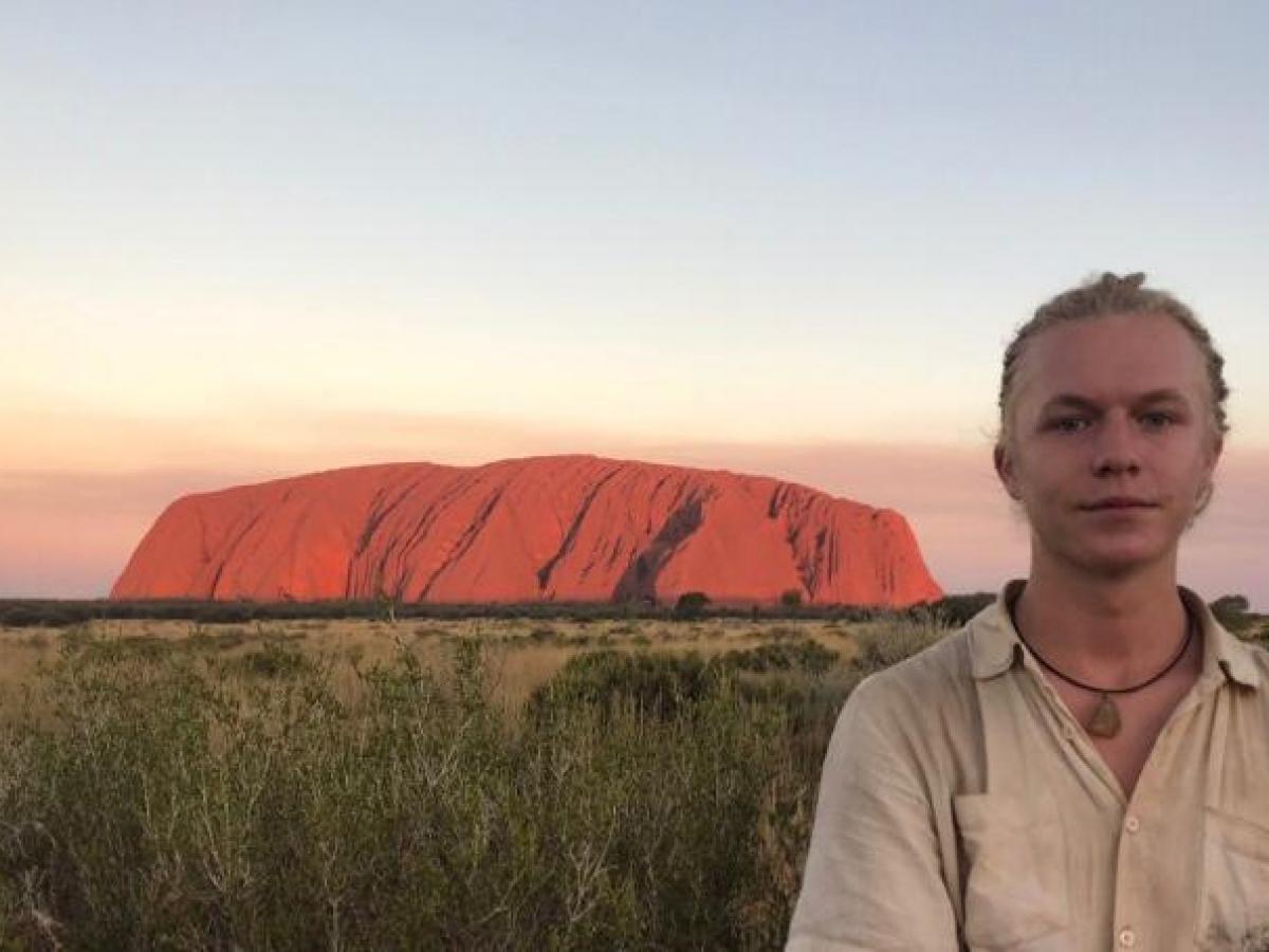 Jongen voor rots in Australië