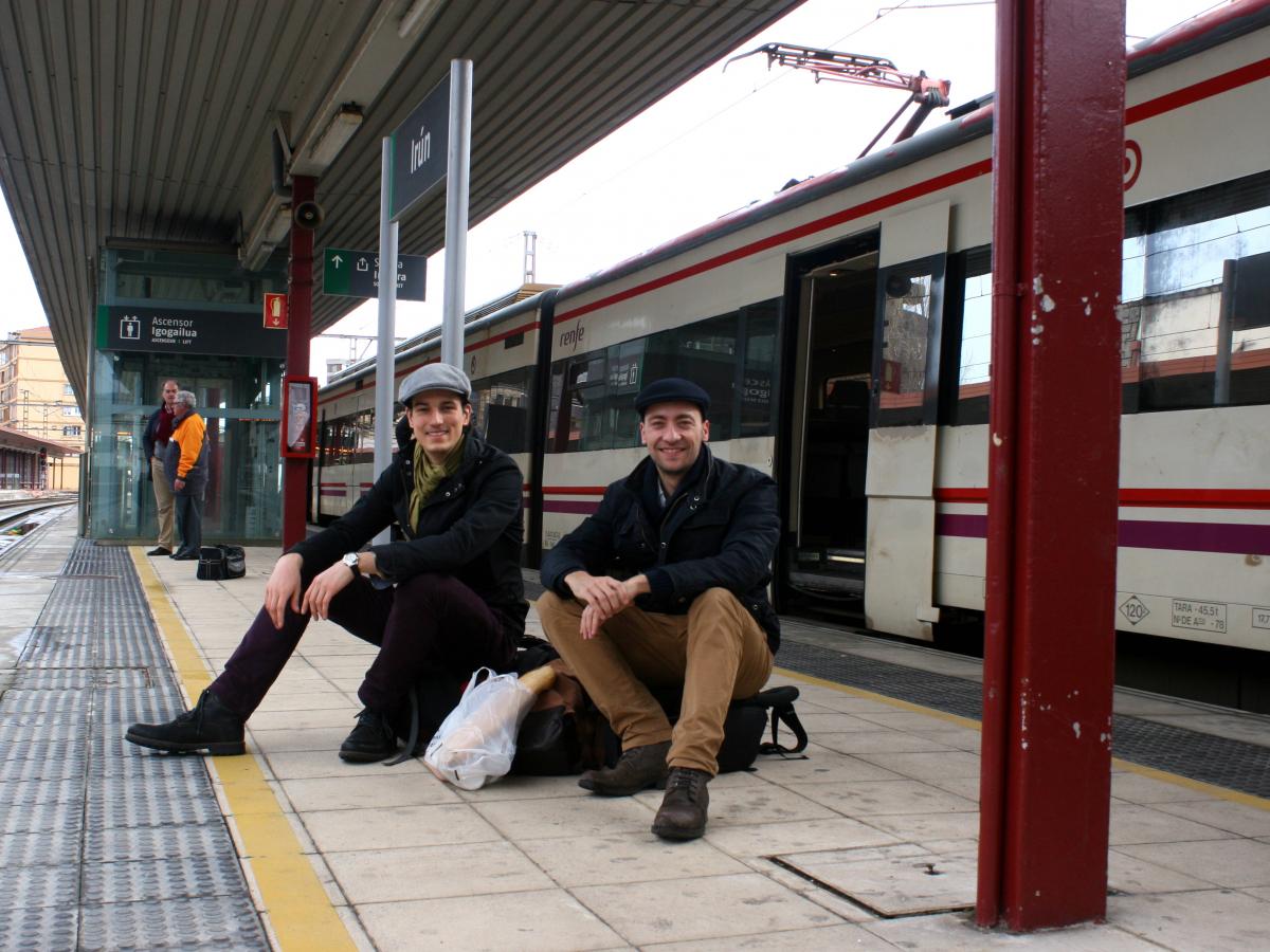 Martin Speer en Vincent-Immanuel Herr in Spanje op het treinperron