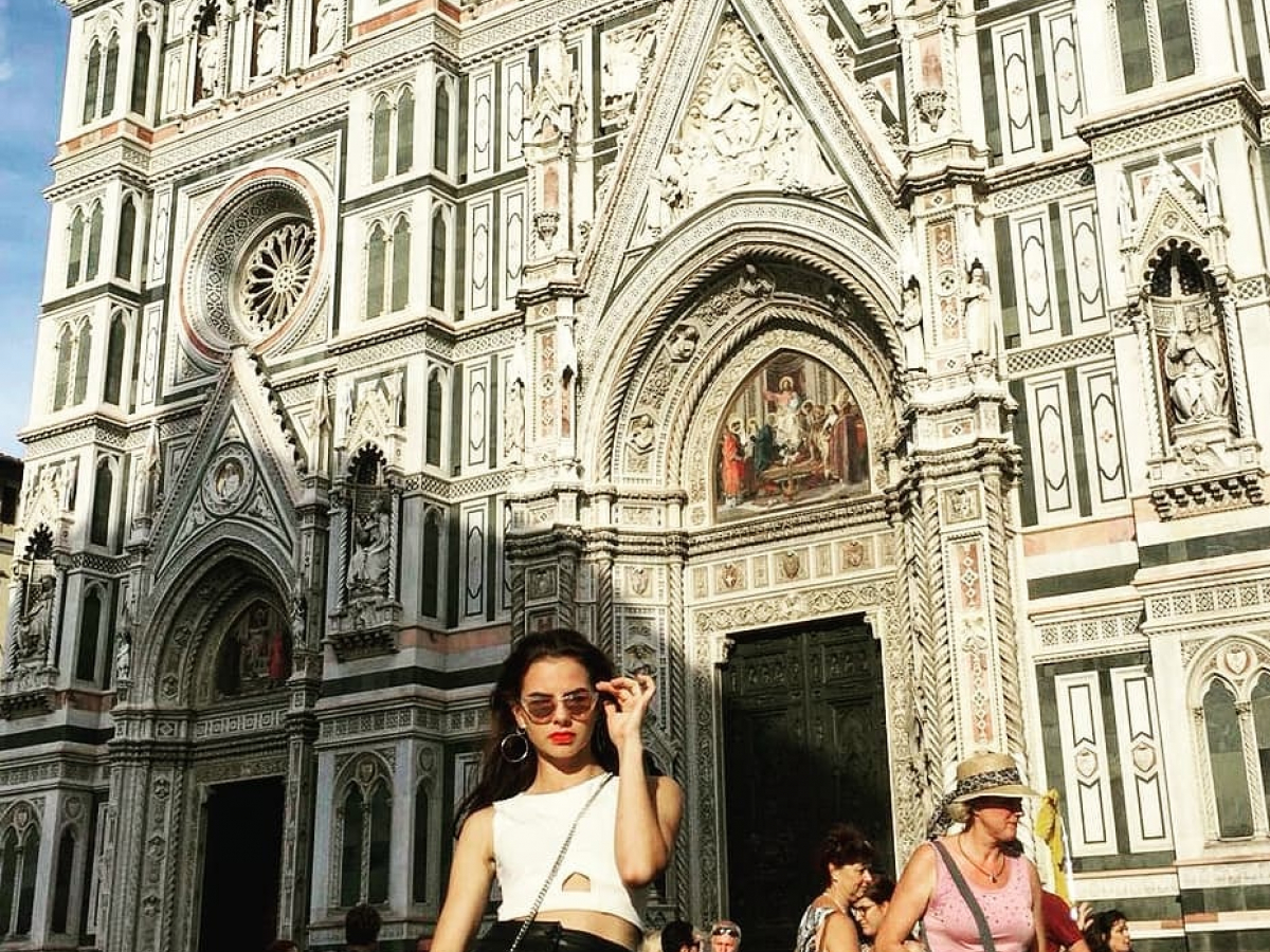 Vrouw voor de dom van Milaan