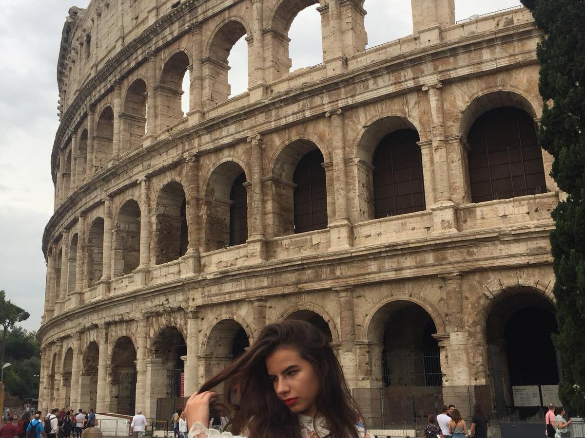 vrouw voor Coloseum in Rome