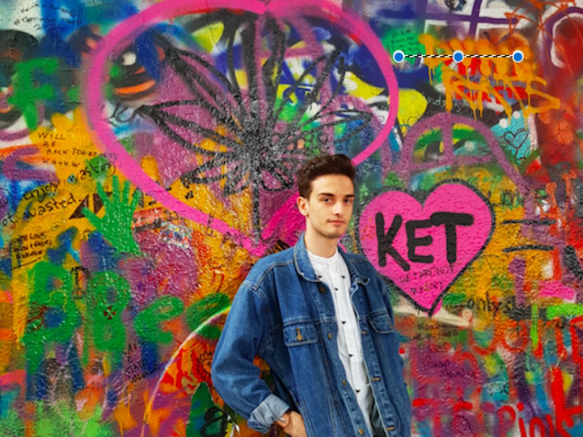 Jongere voor muur met grafitti