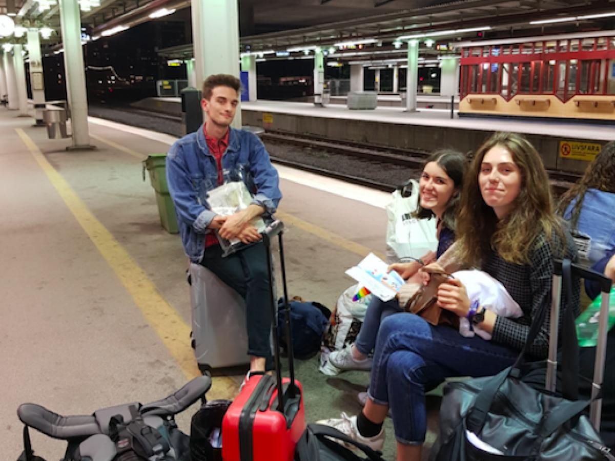 Jongeren op treinperron