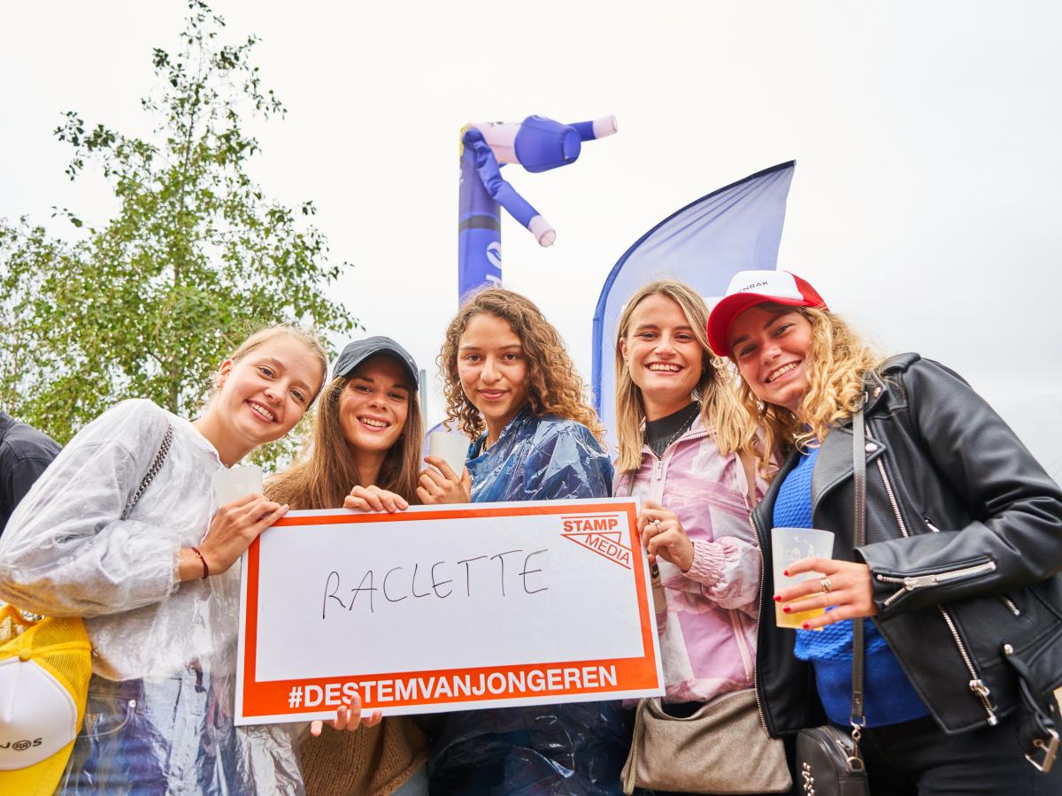 Jongeren met bordje vast met 'raclette' op