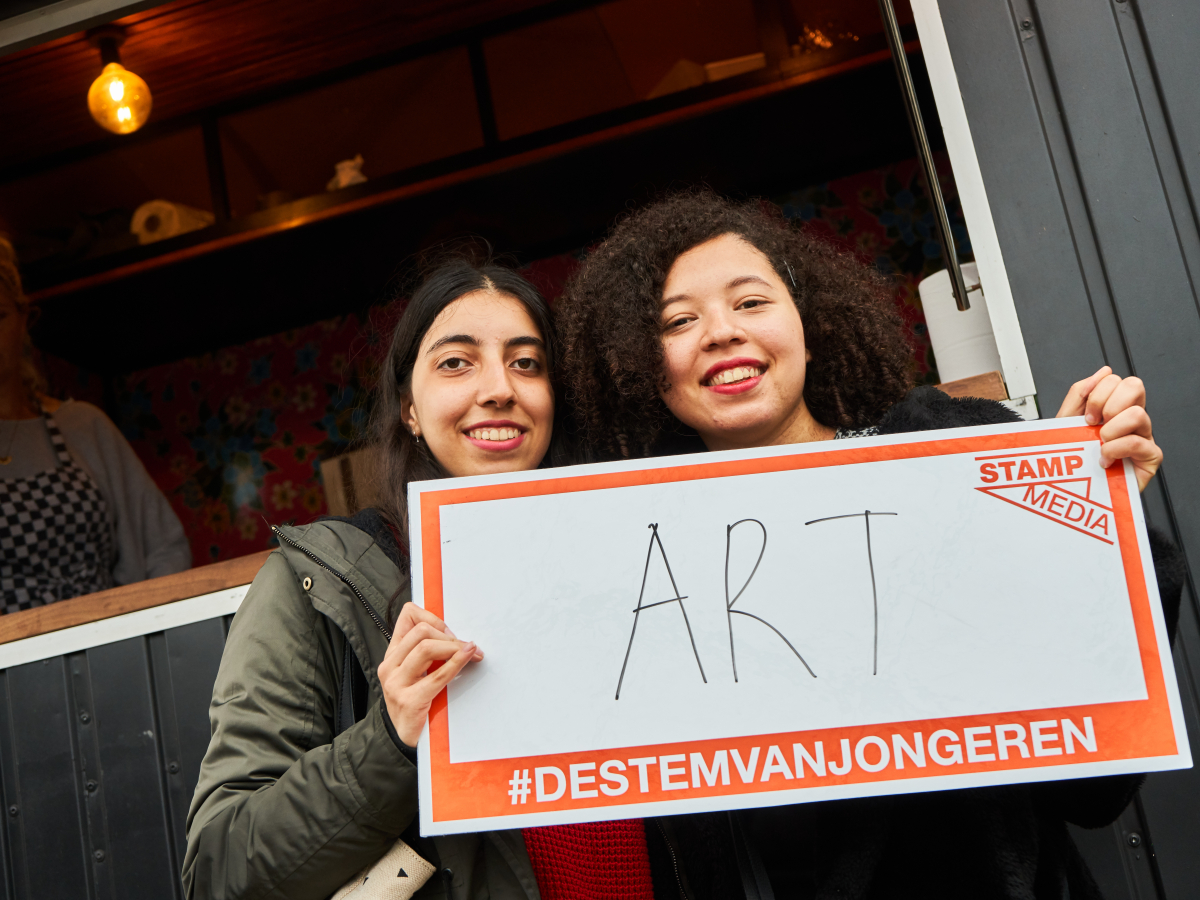Jongere met bordje vast met 'art'