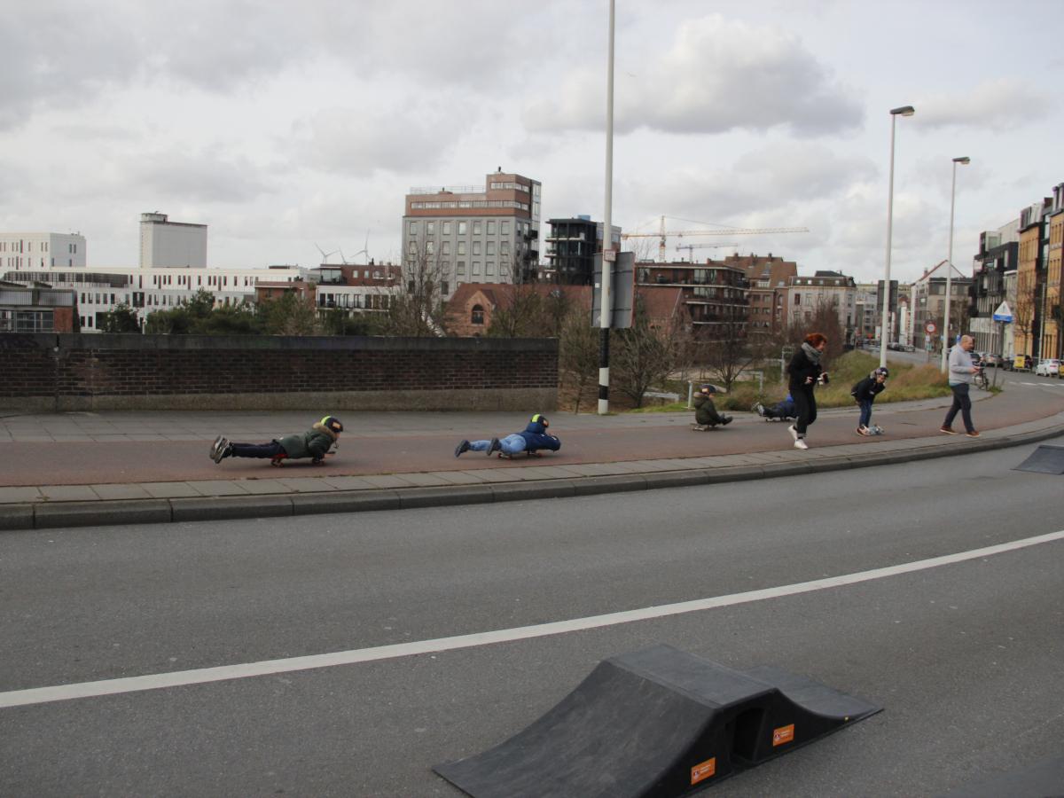 Kinderen die van het viaduct skaten