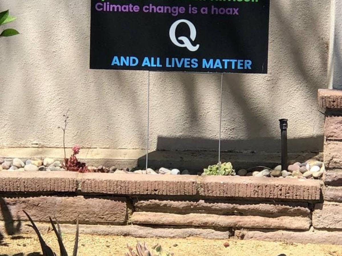 Een overzicht van enkele belangrijke QAnon-peilers: Biden heeft de verkiezingen gestolen. Hillary Clinton hoort achter de tralies. Klimaatopwarming is een leugen. De beruchte pedofiel Epstein is vermoord om hem het zwijgen op te leggen.