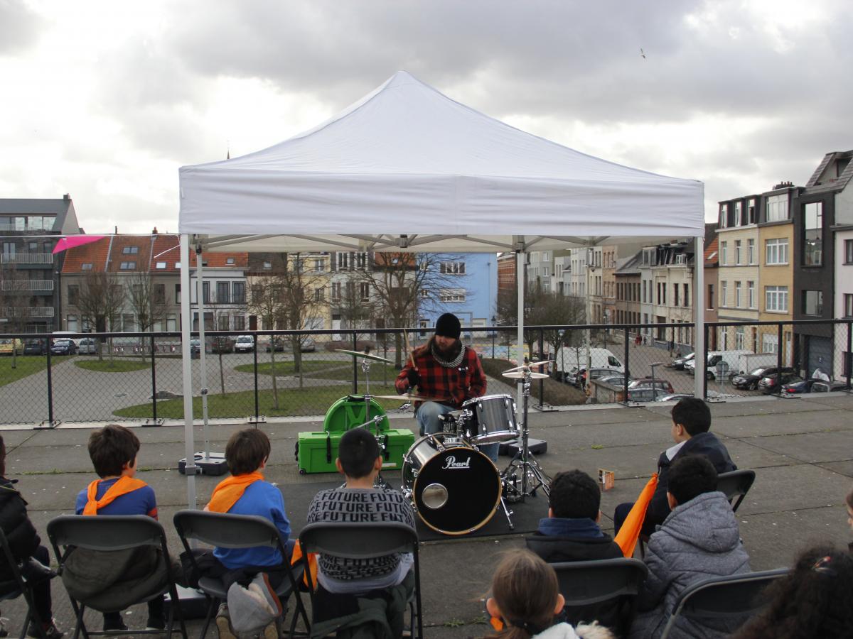 Drumlessen met lokale kinderen