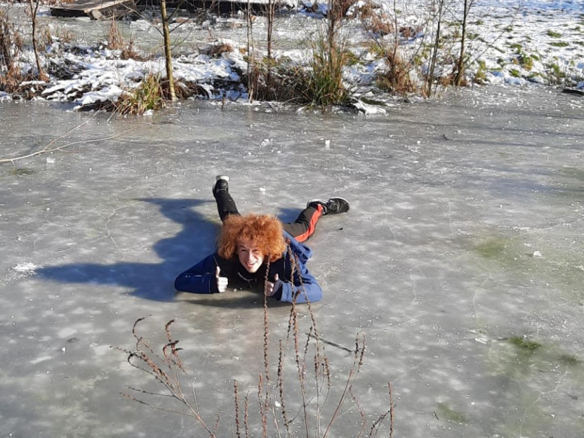 Je ziet Winne liggend op het ijs.