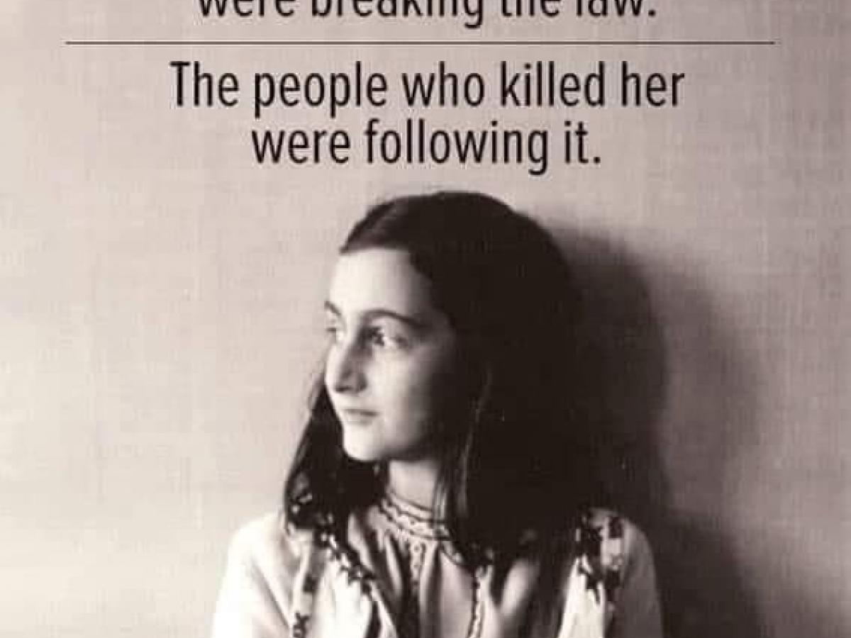 Een meme die beweert dat de Nazi's de wet volgden tijdens de Holocaust