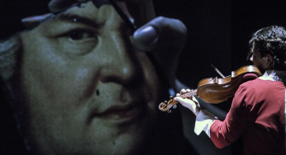 Beeld uit productie 3ACH over Bach met violiste
