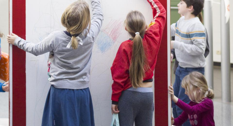 Tekenende kinderen tijdens BIG BANG BUURT