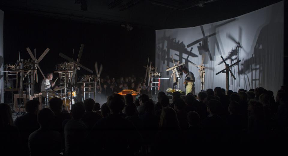 Beeld uit voorstelling Klopotec Orkestra van Zonzo Compagnie met Hans Beckers en Teun Verbruggen
