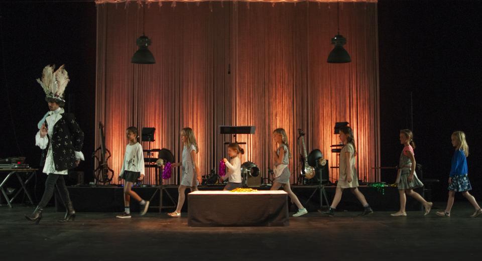 Beeld uit voorstelling Le Grand Ballet van Zonzo Compagnie en Ictus Ensemble