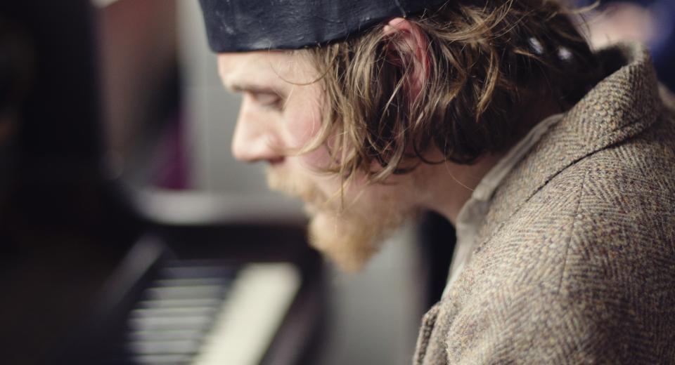 Seppe Gebuers speelt piano op BIG BANG BUURT in Rataplan