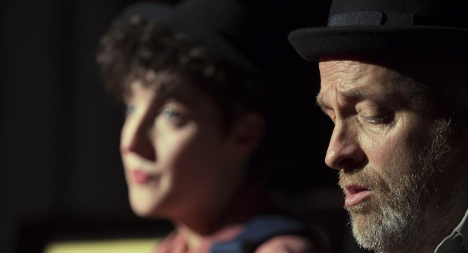 Beeld uit voorstelling Liedjes met Wortels II van Zonzo Compagnie met Aline Goffin en Jan Van Outryve