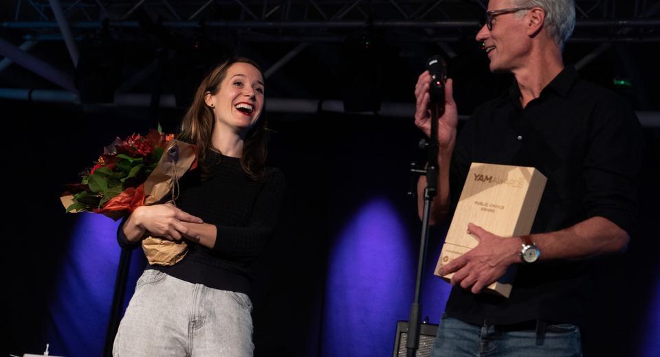 Emma Driesprong en Wouter Van Looy ontvangen de YAM award