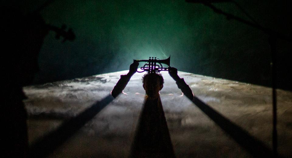 Scènebeeld SHEL(L)TER van Zonzo Compagnie met trompet in tegenlicht