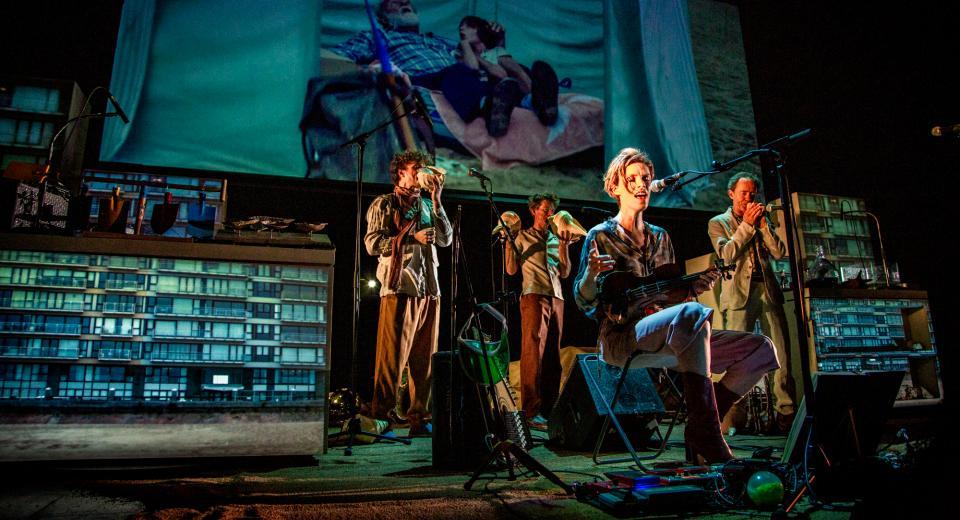 Scènebeeld SHEL(L)TER van Zonzo Compagnie met Liesa van der Aa en Spiral Consort
