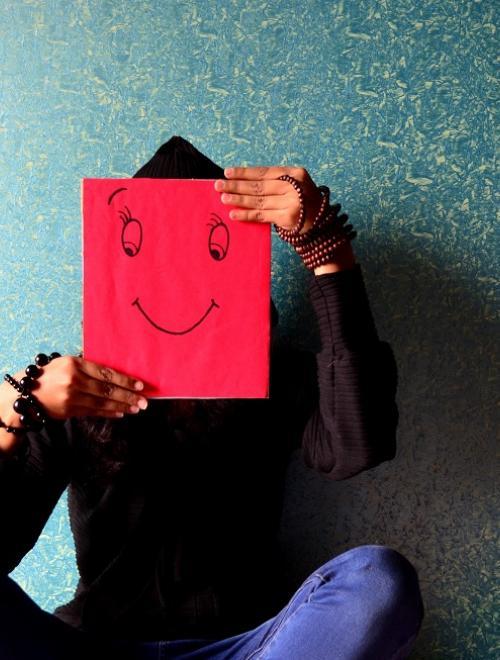 persoon-rood-blad-voor-gezicht