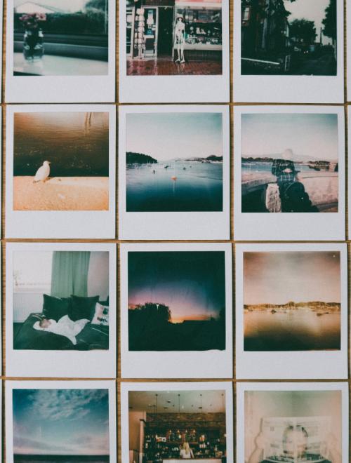 een reeks polaroids