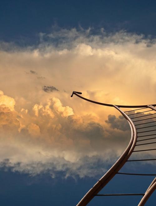 Een treinspoor in de wolken
