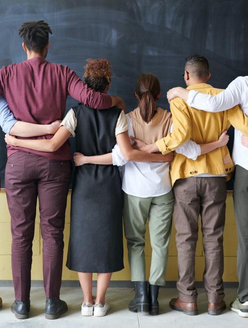 samen-groep-omarmt-elkaar
