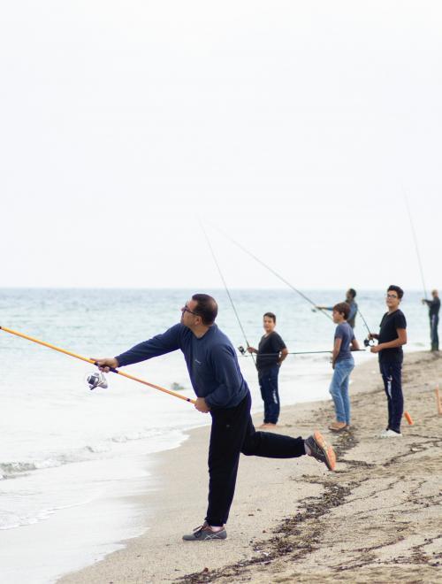 mensen spelen in zand en zee