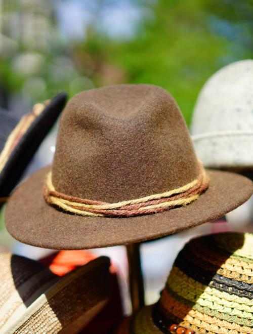 hoeden op een kapstok